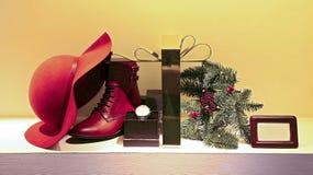 皮革提包、鞋子和sunglass妇女的 库存照片