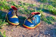 皮革明亮的童鞋  库存图片