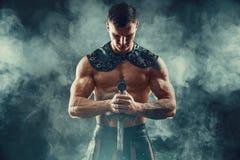 皮革服装的严厉蛮子有剑的 免版税库存图片