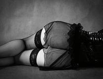 皮革束腰的说谎的妇女 背面图,片段 免版税库存照片