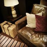 皮革沙发、灯和藤条手提箱 免版税库存图片