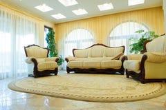 皮革沙发和扶手椅子 免版税库存图片