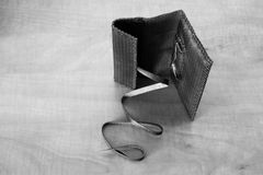 黑皮革烟丝袋 免版税库存照片