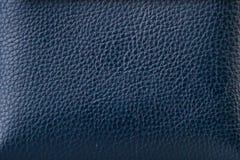 皮革的纹理在深蓝的 免版税库存照片