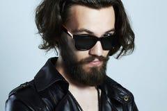 皮革的年轻有胡子的人 太阳镜的行家 免版税库存照片
