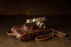 皮革盖子和老35mm照相机 免版税库存图片