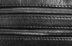 黑皮革纹理与用拉锁拉上 库存照片