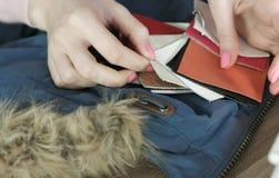 皮革织品样品的选择缝合的对夹克 妇女有组织样品的` s手 免版税库存照片