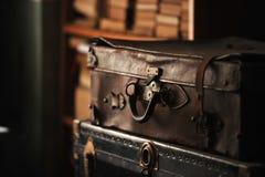 皮革老手提箱 图库摄影