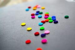 皮革背景和五颜六色的圈子贴纸 免版税库存照片