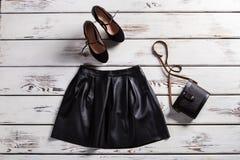 皮革裙子和绒面革鞋子 免版税库存图片