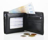 皮革钱包和钞票在白色背景 免版税库存图片