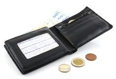 皮革钱包和钞票在白色背景 库存照片