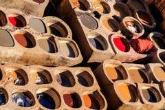 皮革死在一个传统皮革厂在Fes,摩洛哥 库存照片
