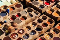 皮革死在一个传统皮革厂在Fes,摩洛哥 免版税图库摄影