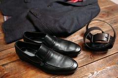 皮鞋和传送带 企业布料集合 免版税库存照片