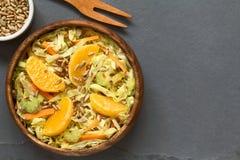 皱叶甘蓝、红萝卜、芹菜和橙色沙拉 免版税库存图片