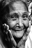 皱痕老菲律宾妇女微笑 免版税库存照片