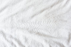 皱痕顶视图在一条不整洁白色床单的在卧室 库存照片