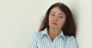 皱眉在白色背景的退休的妇女 股票视频