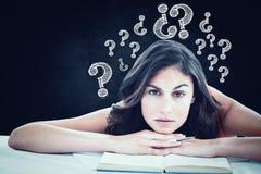 皱眉的学生头的综合图象在她的书的 免版税库存照片