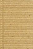 皱纸板goffer纸纹理,明亮的概略的老被回收的goffered起皱的织地不很细空白的空的难看的东西拷贝空间 免版税库存照片