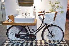 水盆和减速火箭的自行车在卫生间里 免版税库存照片