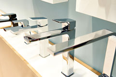 水盆和水槽的现代龙头 图库摄影