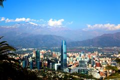盆景在日本庭院湖 建立Costanera中心,圣地亚哥智利的看法 库存图片