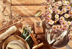盆的桃红色讲台、园艺工具和sunhat 库存图片