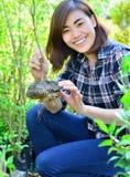 盆的植物的亚裔妇女 库存图片