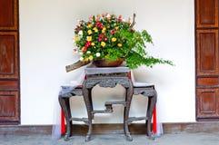 盆的花在中国庭院里 免版税库存图片