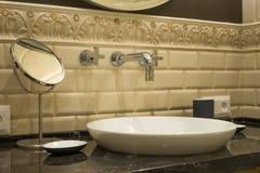 水盆龙头镜子在一个豪华卫生间里 免版税库存照片
