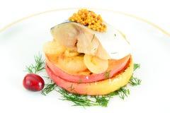 盐与苹果计算机和葱的用卤汁泡的鲭鱼 图库摄影
