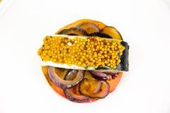 盐与苹果计算机和葱的用卤汁泡的鲭鱼 免版税图库摄影
