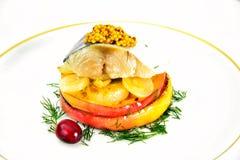 盐与苹果计算机和葱的用卤汁泡的鲭鱼 库存图片