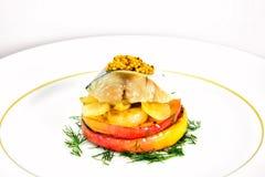 盐与苹果计算机和葱的用卤汁泡的鲭鱼 免版税库存照片