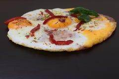 盐味和加香料的煎蛋 库存图片
