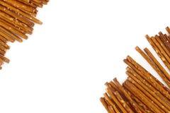 盐味的椒盐脆饼黏附对角,白色背景,拷贝空间 免版税库存图片
