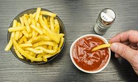 盐味的炸薯条吃用番茄酱 在视图之上 免版税库存图片