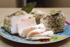 盐味的烟肉用大蒜和黑面包 免版税库存照片
