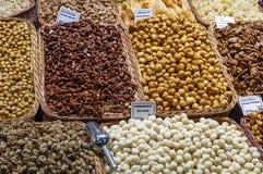 盐味的焦糖和坚果,马卡达姆坚果,杏仁 免版税库存图片