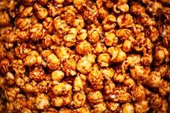 盐味的焦糖玉米花食物背景 库存照片