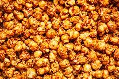 盐味的焦糖玉米花食物背景 免版税图库摄影