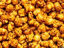 盐味的焦糖玉米花食物背景 免版税库存照片