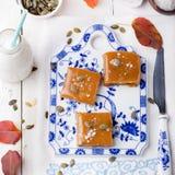 盐味的焦糖用南瓜纯汁浓汤和种子 库存照片