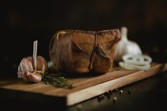 盐味的熏制的猪油大块在纱的与绳索 传统俄国和乌克兰膳食 健康食物用香料,草本 图库摄影