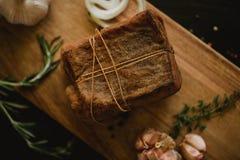 盐味的熏制的猪油大块在纱的与绳索 传统俄国和乌克兰膳食 健康食物用香料,草本 免版税库存照片
