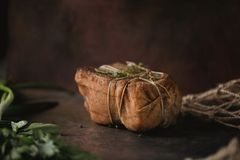 盐味的熏制的猪油大块在纱的与绳索 传统俄国和乌克兰膳食 健康食物用香料,草本 库存照片