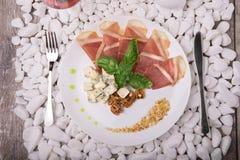 盐味的熏火腿或balyk,坚果,在白色石背景的青纹干酪顶视图  消耗大的食物 企业咖啡杯方便问题午餐开张了 免版税库存照片